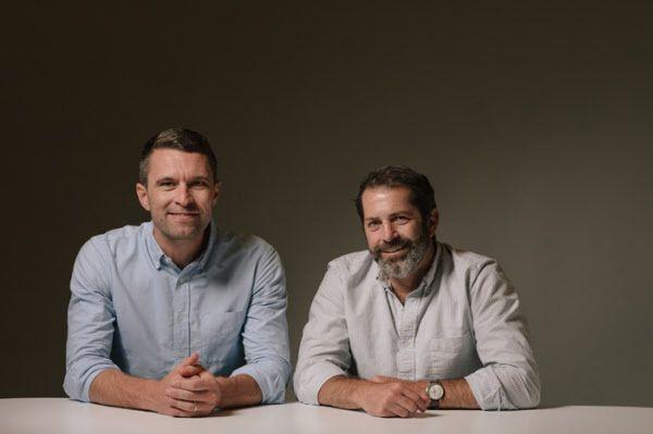 """실리콘밸리에서 탄생한 천연 소재 운동화 '올버즈'로 """"세계에서 가장 편한 운동화""""라는 찬사를 들으며 '실리콘밸리 유니폼 운동화'란 애칭과 함께 '유니콘 기업' 반열에 오른 창업자 팀 브라운(왼쪽), 조이 즈윌링거."""