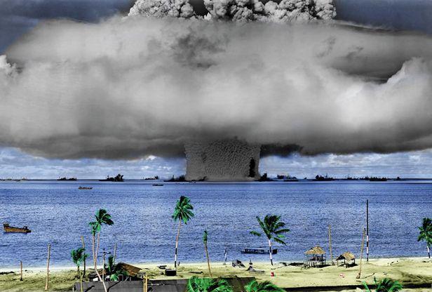 1946년 태평양 비키니 환초 美핵실험 - 1946년 7월 25일 태평양 중서부 미크로네시아의 비키니 환초에서 미국이 진행한 핵실험으로 거대한 물기둥이 치솟고 버섯구름이 퍼져나가는 모습. 미군이 현장에서 촬영한 흑백 원본에 바다와 나무 등의 색을 입힌 사진이다. 해저 27m에서 핵탄두를 폭발시켜, 방사성 물질에 오염된 바닷물이 퍼져나가며 광범위하고 심각한 오염을 일으켰다. 미군은 이해 7월 1일과 25일 두 차례 진행한 이때의 핵실험을 작전명'크로스로드'라 불렀다. 직전 해인 1945년 8월 9일 일본 나가사키에 핵폭탄이 투하된 뒤 진행한 첫 핵실험이기도 했다. 미국은 이후 1958년까지 비키니 환초에서 대규모 핵실험을 67차례 진행했다. /위키피디아