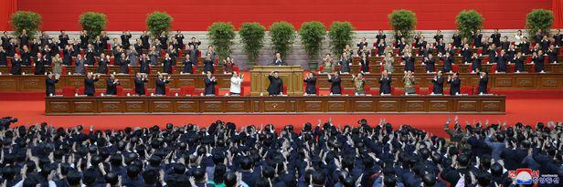 10일 열린 8차 당대회 6일 차 회의에서 김정은이 조선노동당 총비서로  추대된 뒤 참석자들의 박수를 받고있다. /조선중앙통신 연합뉴스