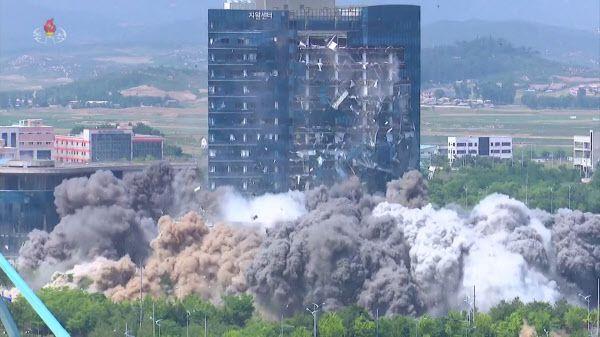 북한 조선중앙TV는 지난 6월 17일 개성 남북공동연락사무소 폭파 영상을 공개했다. 영상에는 폭발음과 함께 연락사무소가 회색 먼지 속에 자취를 감추고 바로 옆 15층 높이의 개성공단 종합지원센터 전면 유리창이 산산조각이 난 모습이 담겼다./연합뉴스