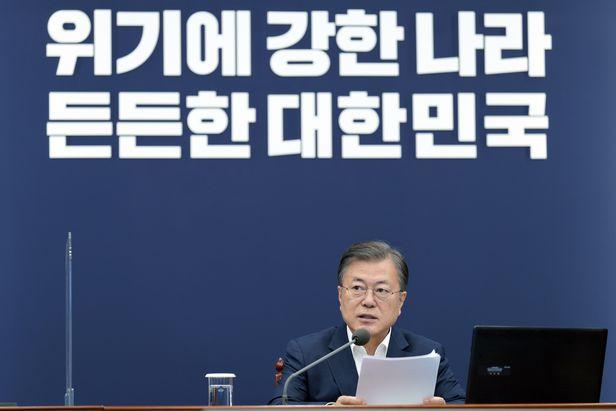문재인 대통령이 19일 청와대에서 수석·보좌관 회의를 주재하고 있다./연합뉴스