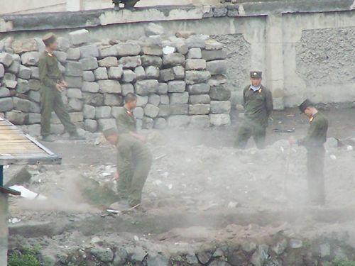 북-중 국경지역에서 북한 군인들이 허물어진 담을 보수하고 있다./조선일보 DB