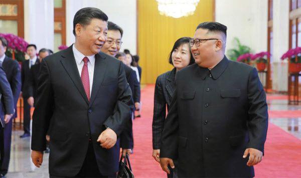 시진핑 중국 국가주석이 2019년 6월 베이징에서 방중(訪中)한 김정은 북한 국무위원장과 대화를 나누고 있다. /EPA 연합뉴스