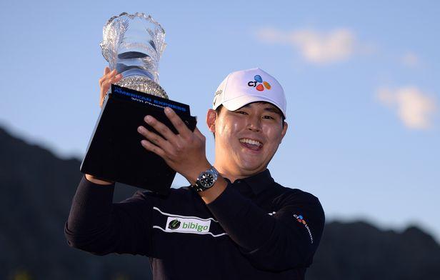 24일(현지시각) 미국 캘리포니아 라 퀸타 피트다이 코스에서 열린 아메리칸 익스프레스 토너먼트에서 우승트로피를 들어올린 김시우. 이번우승으로 PGA투어 통산 3승을 달성했다./USA TODAY Sports 연합뉴스