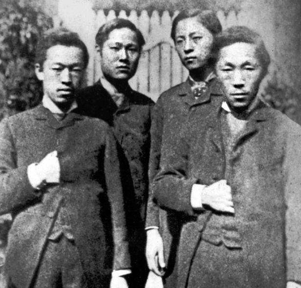 1884년 갑신정변의 주역들인 (왼쪽부터) 박영효, 서광범, 서재필, 김옥균. 김옥균은 자신의 의사와는 무관하게 한국 병합을 주도한 일본인에게 추앙받았으며, 박영효는 일제의 작위를 받았다.