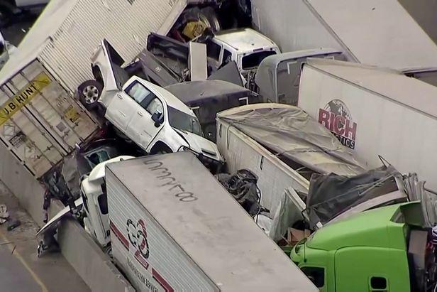 11일(현지시각) 미국 텍사스주 포트워스 인근 고속도로 빙판길에서 130중 추돌사고가나 차량들이 뒤엉켜있다./로이터 연합뉴스