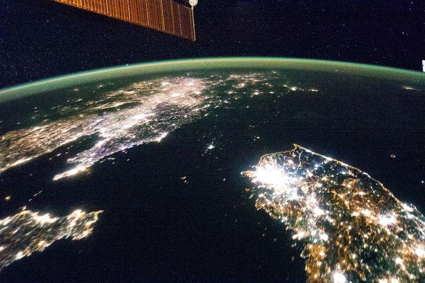미 국립항공우주국(NASA)이 지난 2014년 공개한 국제우주정거장에서 촬영한 한반도 야경 위성사진. /NASA