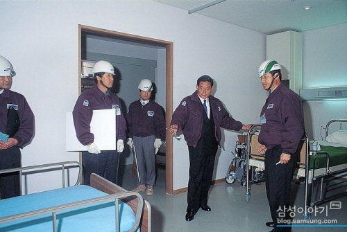 이건희(오른쪽에서 둘째) 삼성 회장이 1993년 삼성의료원 건립 공사 현장을 방문해 현장 담당자와 의견을 나누고 있다./삼성