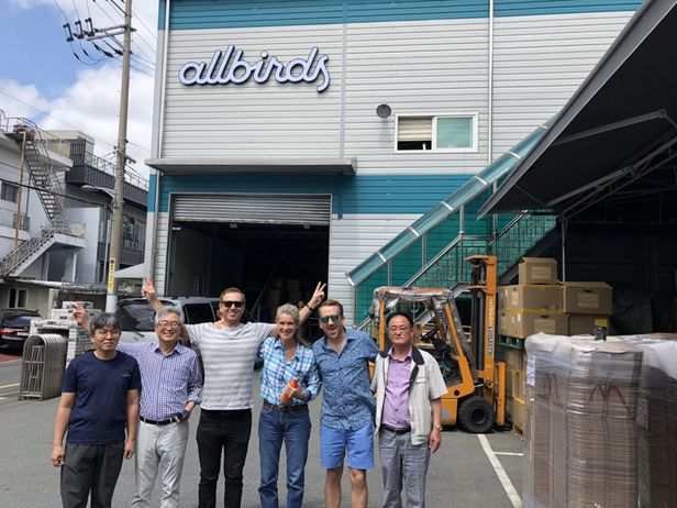 올버즈 직원들이 부산 공장을 방문한 뒤 찍은 기념사진. /올버즈 홈페이지