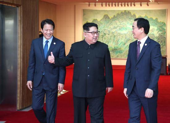 북한 김정은(가운데) 국무위원장과 임종석(왼쪽) 전 청와대 비서실장이 2018년 4월 판문점 평화의 집에서 대화를 나누며 이동하고 있다. 오른쪽은 조명균 전 통일부 장관./뉴시스
