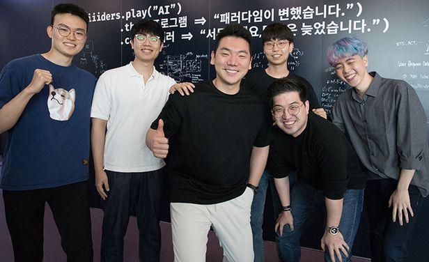 24일 오후 서울 강남구 뤼이드 본사에서 장영준(왼쪽에서 셋째) 뤼이드 대표와 AI 튜터 프로그램을 개발하는 엔지니어들이 모여 투자 유치 성공을 자축하고 있다. /고운호 기자