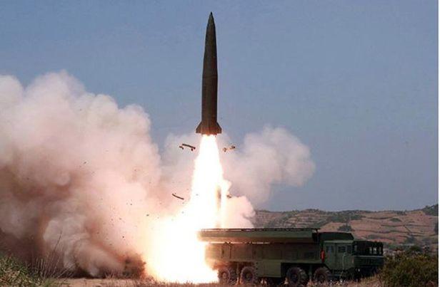 '북한판 이스칸데르' 미사일로 불리는 신형 전술미사일 KN-23이 시험발사되고 있다.  전문가들은 북한이 KN-23 미사일에 장착할 수 있는 전술핵탄두를 만들 능력을 이미 갖고 있을 가능성이 높다고 보고 있다. /북한 노동신문