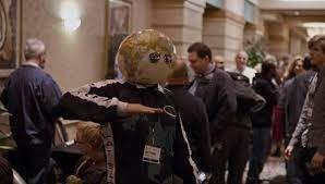 평면지구인들의 학회에서 지구 모형을 머리에 뒤집어쓰고 춤을 추고 있는 평면지구인. /넷플릭스