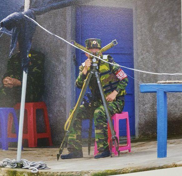 검열원 완장을 찬 북한 군인이 포대경을 보고 있다/강동완 교수
