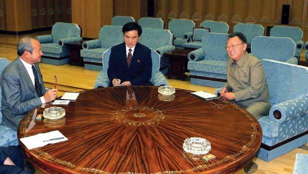 2011년 1월 김정일이 평양에서 사위리스 오라스콤 회장과 대화하는 모습. /조선중앙통신 연합뉴스