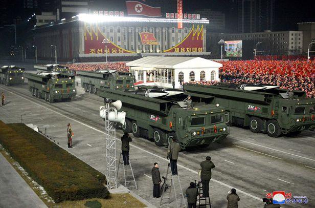 북한이 지난 14일 저녁 평양 김일성광장에서 노동당 8차대회를 기념하는 열병식을 진행했다고 조선중앙통신이 15일 보도했다. 열병식에는 단거리 탄도미사일 '북한판 이스칸데르'의 개량형도 등장했다. 지난해 10월 열병식에서 공개됐던 KN-23형과 비교해 탄두모양이 바뀌고 바퀴도 한 축 늘어났다. /조선중앙통신·연합뉴스