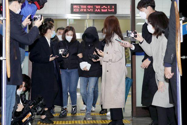 16개월 입양 아동을 학대한 혐의로 구속된 양어머니가 19일 오전 서울 양천구경찰서에서 검찰로 송치되고 있다. /뉴시스
