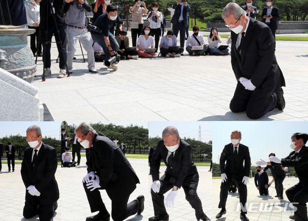 지난 8월 5·18 민주묘역에  무릎 꿇고 참배하는 국민의힘 김종인 비대위원장/뉴시스