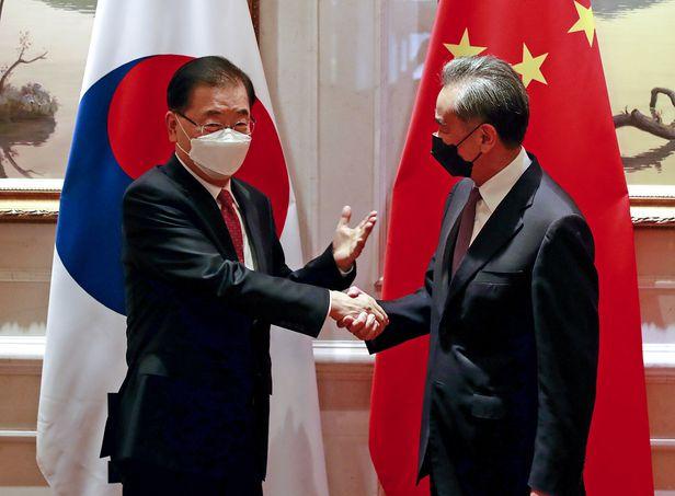 정의용 외교부 장관과 왕이 중국 국무위원 겸 외교부장이 3일 중국 샤먼 하이웨호텔에서 한·중 외교장관 회담을 시작하기 전에 인사하고 있다.  /연합뉴스