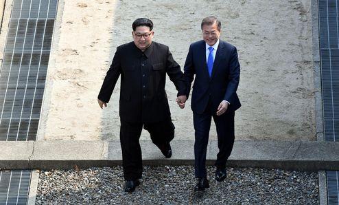 2018년 4월 27일 오전 문재인 대통령이 북한 김정은 국무위원장의 권유로 판문점 군사분계선 북측으로 넘어갔다가 다시 남측으로 내려오고 있다./한국공동사진기자단