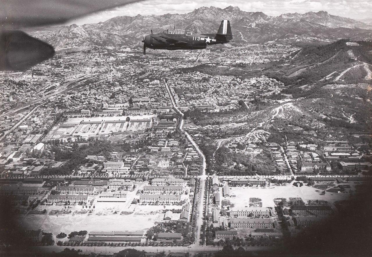 1945년 9월 4일 미군 선발대가 촬영한 서울 용산. 가운데 전투기 꼬리 부분에 총독부가 보이고, 일본군 병영 한가운데 직선도로가 보인다. 이 길이 조선 왕조 내내 백성이 사용했던 옛길이다. 국방홍보원 앞에서 현재 미군 20번 게이트로 막혀 있다. 이 길 오른편 산등성이로 조선통신사들이 걸어갔던 또 다른 길이 나 있다. 정부에서 '국가상징축 미래 발전 도약 공간'으로 조성 중인 한강대로는 이 병영 왼쪽, 철길 옆에 있다. 일본군이 건설한 도로다. 정부와 서울시가 추진중인 광화문광장, 국가상징거리 조성 사업의 모순을 보여주는 사진이다. /국사편찬위 전자사료관(원출처: 미국립문서보관청(NARA))