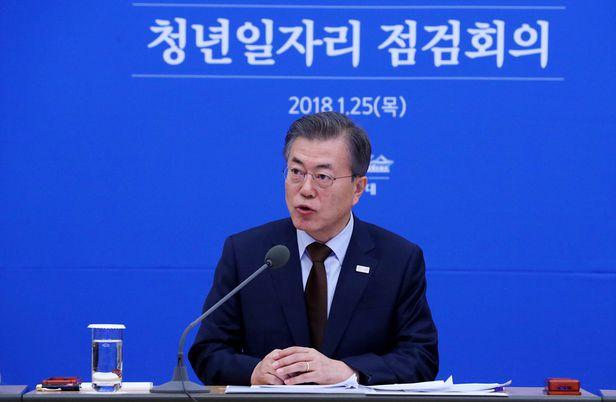 문재인 대통령이 25일 오후 청와대에서 열린 청년일자리 점검회의를 주재하고 있다.