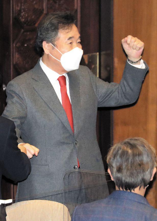 지난 14일 이른바 '대북 전단 금지법'(남북관계발전법 개정안)이 국회를 통과하자 이낙연 더불어민주당 대표가 주먹을 불끈 쥐고 있는 모습. /연합뉴스