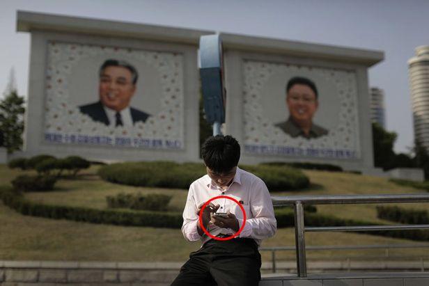 휴대전화기 사용하는 북한 주민. /AP 연합뉴스