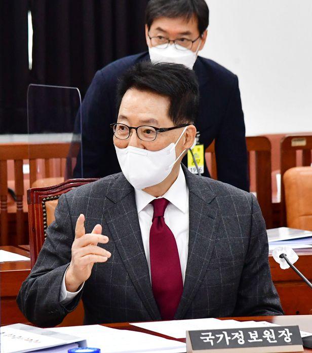 박지원 국가정보원장이 16일 오전 국회 정보위원회 전체회의에 참석해 발언하고 있다. /이덕훈 기자