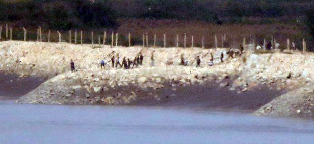 북한 황해북도 개풍군 해안 철책 인근에서 주민들이 작업을 하는 모습. /연합뉴스