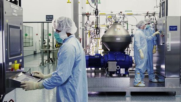 미국 제약회사 리제너론의 연구진들이 지난 10월 미생물 반응장치 앞에서 실험 결과를 관찰하고 있다. /리제네론