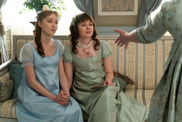 넷플릭스 드라마 '브리저튼'의 한 장면. 왼쪽은 브리저튼가의 맏딸 다프네, 오른쪽은 둘째 딸 엘로이즈./넷플릭스