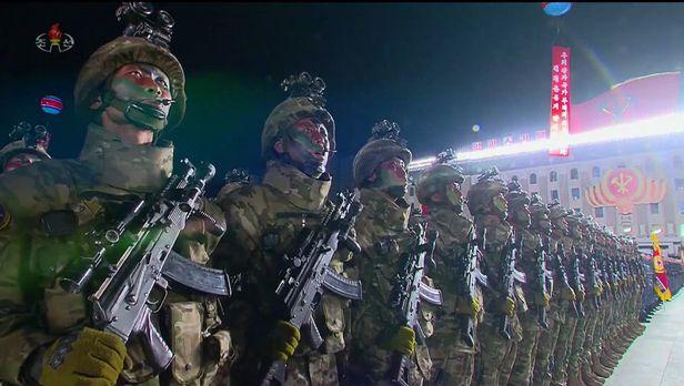지난해 10월 열병식에 신형 전투복, 조준경 장착 소총 등 '북한판 워리어 플랫폼'으로 무장하고 등장한 북한군. /조선중앙TV 연합뉴스