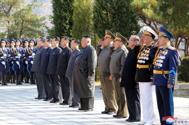 김정은 북한 국무위원장이 중국의 6·25전쟁 참전 70주년을 맞아 평안남도 회창군에 있는 중공군 열사능을 참배했다고 조선중앙통신이 22일 보도했다. /조선중앙통신 연합뉴스