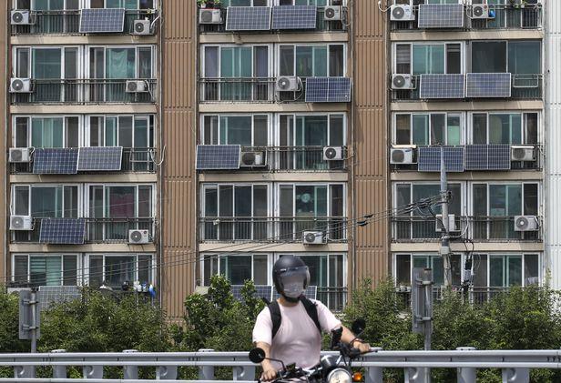 서울 양천구의 한 아파트에 자가용 태양광 패널이 설치되어 있다./뉴시스