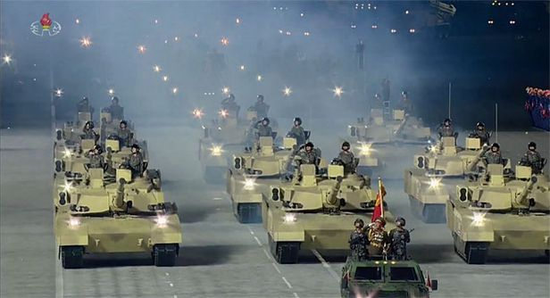 지난 10월 10일 북한 노동당 창건 75주년 열병식에서 처음으로 등장한 북한군 신형 전차. 기존 선군호, 천마호 등과는 전혀 다른 전차로 복합 장갑 등을 장착한 것으로 분석됐다./조선중앙TV 연합뉴스