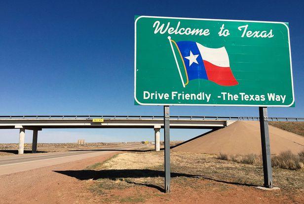 텍사스주 진입 안내 도로 표지판. 텍사스는 지난 10년간 미국에서 가장 높은 인구증가율을 보인 주다. 저렴한 세금과 낮은 규제, 풍부한 일자리와 낮은 주거비 등을 내세워 급성장하고 있다. /AP 연합뉴스