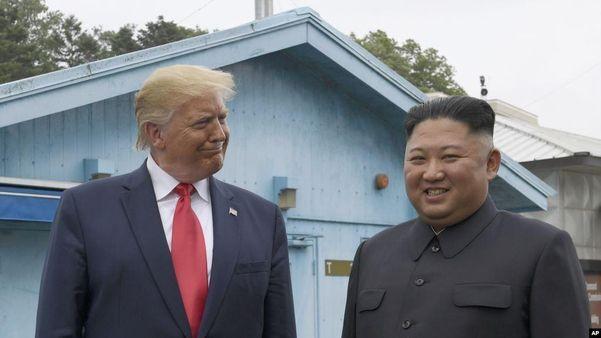 2019년 6월 판문점에서 만난 김정은 북한 국무위원장과 도널드 트럼프 미국 대통령.