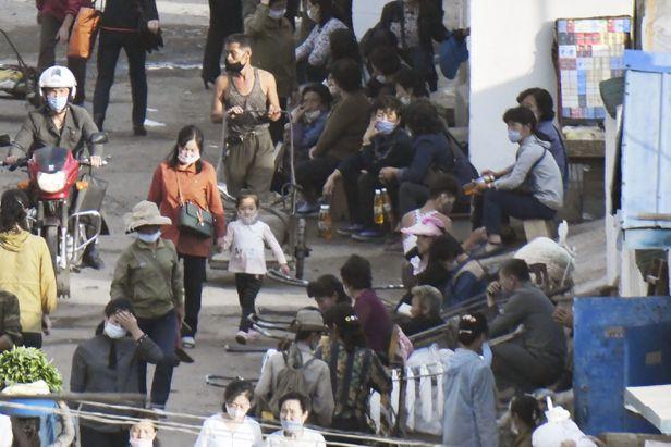 지난 9월 5일 북한 양강도 혜산시의 장마당에서 마스크 쓴 이들이 분주하게 오가고 있다. /연합뉴스