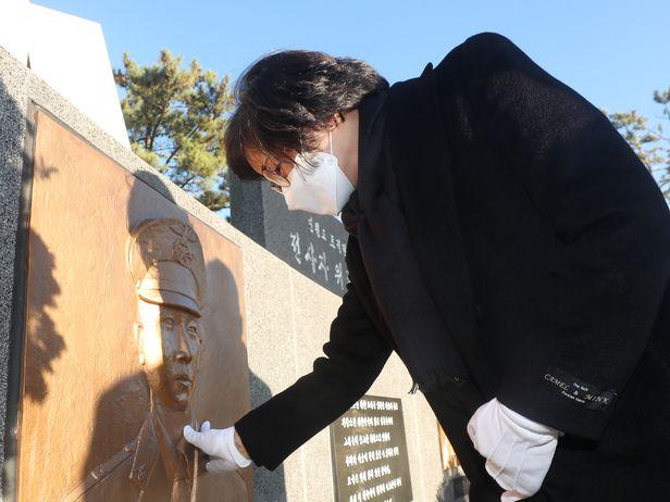 2020년 11월 23일 오후 인천시 옹진군 연평도 평화공원에서 연평도 포격전 10주기 추모행사가 열리면서 고 서정우 하사의 유가족이 서 하사를 추모하고 있다. / 장련성 기자