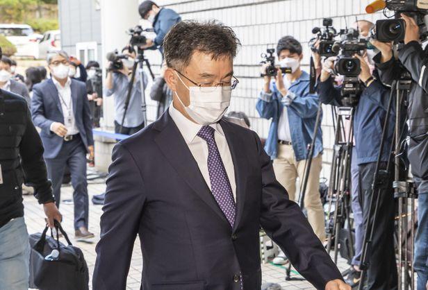 14일 화천대유자산관리 대주주 김만배씨가 영장실질심사를 받기 위해 서울중앙지방법원으로 들어서고 있다. /이태경 기자