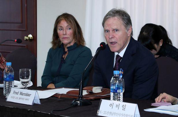 2019년 11월 22일 서울 중구 코리아나호텔에서 열린 6.25전쟁납북인사가족협의회 주최로 열린 '납북·억류 피해자 공동 기자회견'에서 미국인 오토 웜비어의 부모인 프레드 웜비어와 신디 웜비어가 기자들의 질문에 답하고 있다./오종찬 기자