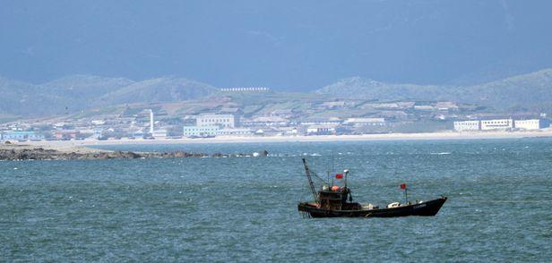 해양수산부 소속 공무원 사살·시신 소각 사건이 발생한 서해 NLL 인근에서 중국 어선이 조업하고 있다. /연합뉴스