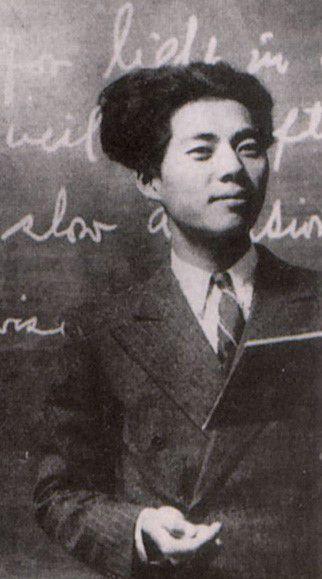 아오야마 학원에서 영문학을 전공한 백석은 1936년 함흥 영생여고 영어교사로 부임했다. 백석의 시 '나와 나타샤와 흰당나귀'는 나타샤가 조선 청년들의 '마돈나'로 자리잡는 데 중요한 역할을 했다.