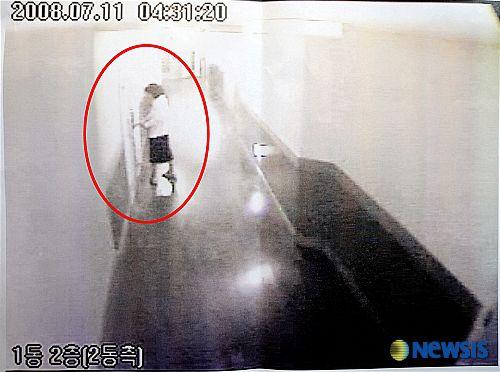 2008년 7월 11일 피격 사건 당일 고(故) 박왕자씨가 숙소인 금강산 패밀리 비치호텔을 나서는 모습이 찍힌 CCTV 화면. /조선일보DB
