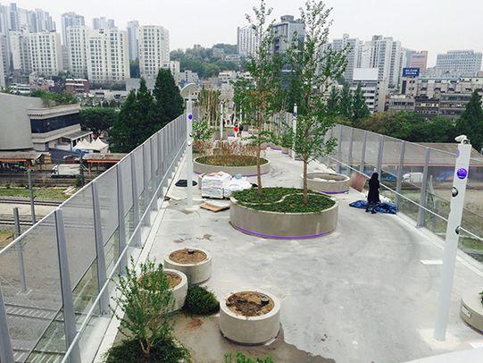 2017년 5월 개장을 앞둔 서울로7017 현장. /조선일보DB