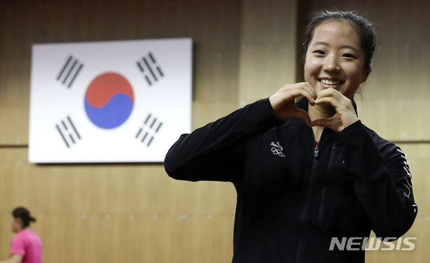 손 하트 날리는 탁구 국가대표 신유빈