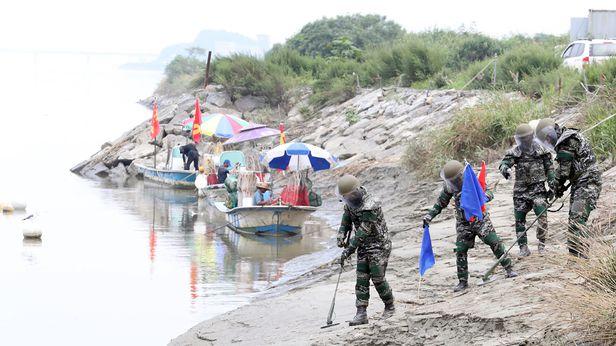해병대 2사단 장병들이 지난 8월 20일 오후 김포시 운양동 누산리 포구에서 집중호우로 유실된 지뢰 탐색 작전을 하고 있다./뉴시스
