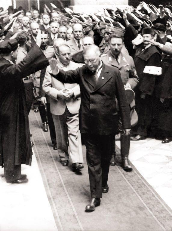 1938년 5월 독일 법무부 장관 프란츠 귀르트너(Franz Gurtner)가 오스트리아 빈 법무궁을 방문한 모습. 귀르트너는 나치 독재 체제 구축을 위해 사법부의 견제를 무력화하는 일을 맡아서 처리했다. 하지만 그는 자신이 만든 악의 체제가 어떻게 붕괴하는지 보지 못한 채 1941년에 사망했다. /게티이미지코리아