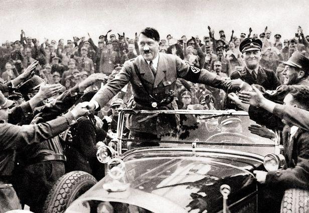 1933년 독일 총통 아돌프 히틀러(1889~1945)가 뉘른베르크에서 지지자들의 환영을 받고 있다. 당시 독일 국민은 히틀러의 무도한 정책을 국민투표로 흔쾌히 승인했다. /게티이미지코리아